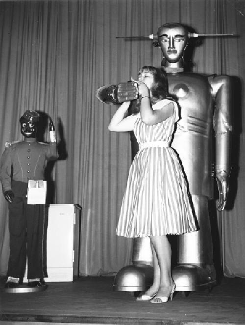 1956 Sabor gibt Feuer, links Kollege Nico