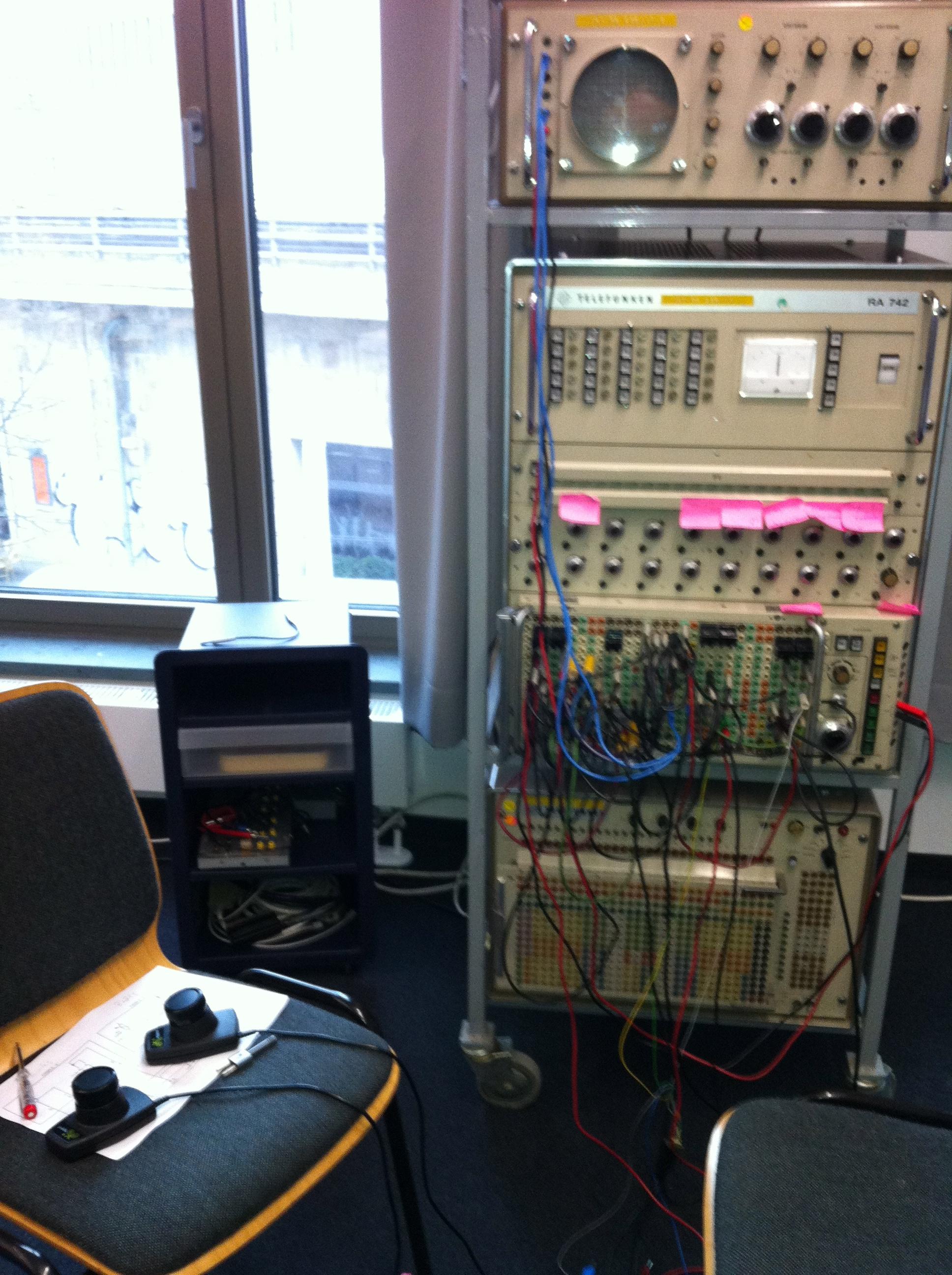 """Telefunken RA 742 mit """"Tennis for Two""""-Schaltung und angeschlossenen Paddles"""