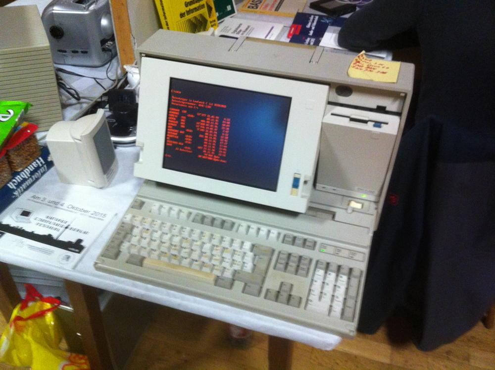 Ein funktionstüchtiger IBM PS-2 Laptop mit Windows 3.11 und 70 MB Harddisk.